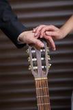 Anillos de bodas en la guitarra Fotografía de archivo libre de regalías