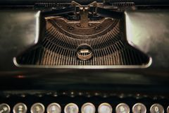Anillos de bodas en la máquina de escribir imagenes de archivo