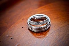 Anillos de bodas en la madera Fotografía de archivo
