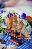 Anillos de bodas en la nave Imagenes de archivo