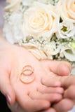 Anillos de bodas en la palma Foto de archivo