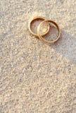 Anillos de bodas en la playa fotos de archivo