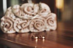 Anillos de bodas en la tabla Imagenes de archivo