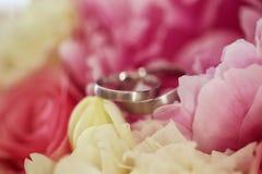 2 anillos de bodas en las flores Imagen de archivo