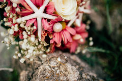Anillos de bodas en las flores Fotografía de archivo libre de regalías