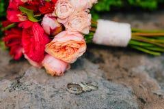 Anillos de bodas en las flores Fotos de archivo libres de regalías