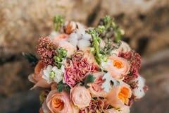 Anillos de bodas en las flores Fotos de archivo