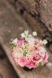 Anillos de bodas en las flores Imagen de archivo