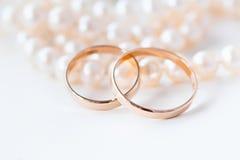 Anillos de bodas en las perlas Fotos de archivo libres de regalías
