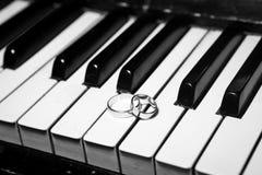 Anillos de bodas en piano foto de archivo libre de regalías