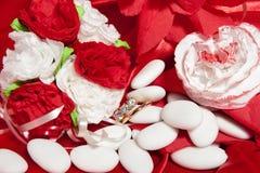 Anillos de bodas en tela colorida Fotos de archivo libres de regalías