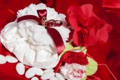 Anillos de bodas en tela colorida Imagen de archivo libre de regalías