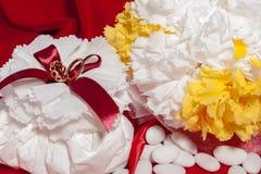 Anillos de bodas en tela colorida Fotografía de archivo