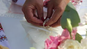 Anillos de bodas en un amortiguador almacen de video
