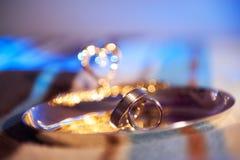 Anillos de bodas en un disco de plata Imágenes de archivo libres de regalías