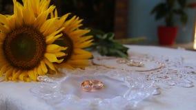 Anillos de bodas en un fondo blanco almacen de video