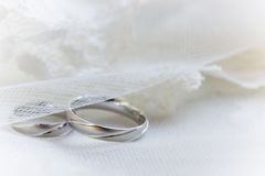Anillos de bodas en un fondo del cordón fotografía de archivo libre de regalías