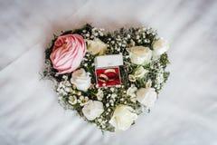 Anillos de bodas en un ramo floral Foto de archivo libre de regalías