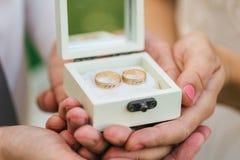 Anillos de bodas en un rectángulo Imagen de archivo libre de regalías
