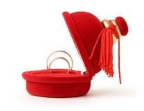 Anillos de bodas en un rectángulo rojo Fotos de archivo libres de regalías