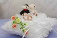 Anillos de bodas en una almohada Foto de archivo