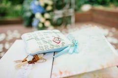 Anillos de bodas en una almohadilla Fotos de archivo