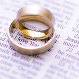 Anillos de bodas en una biblia con te amo el mensaje foto de archivo libre de regalías