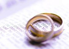 Anillos de bodas en una biblia con te amo el mensaje Imágenes de archivo libres de regalías