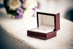 Anillos de bodas en una caja Foto de archivo libre de regalías