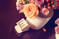 2 anillos de bodas en una caja Fotos de archivo
