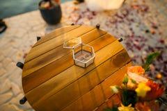 Anillos de bodas en una caja de cristal para los anillos Imágenes de archivo libres de regalías