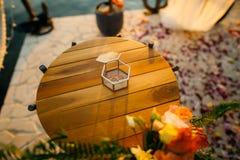 Anillos de bodas en una caja de cristal para los anillos Foto de archivo libre de regalías