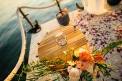 Anillos de bodas en una caja de cristal para los anillos Imagen de archivo libre de regalías