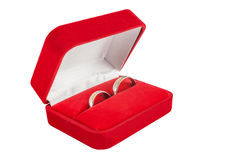 Anillos de bodas en una caja de regalo en el fondo blanco Fotos de archivo