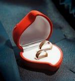 Anillos de bodas en una caja de regalo roja hermosa Fotografía de archivo