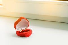 Anillos de bodas en una caja de regalo roja hermosa Imagen de archivo libre de regalías