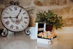 Anillos de bodas en una caja en la tabla blanca Concepto de boda Fotografía de archivo libre de regalías