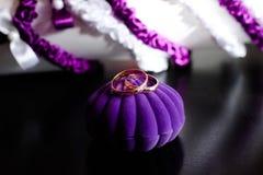 Anillos de bodas en una caja púrpura Imágenes de archivo libres de regalías