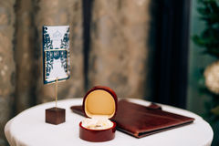 Anillos de bodas en una caja roja para los anillos Fotografía de archivo libre de regalías