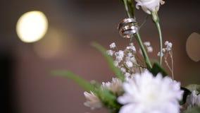 Anillos de bodas en una flor verde almacen de metraje de vídeo