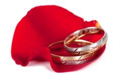 Anillos de bodas en una rosa Fotografía de archivo