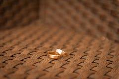 Anillos de bodas en una tela densa de la silla Fotos de archivo libres de regalías