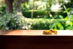 Anillos de bodas en ventana en un rayo de sol Imágenes de archivo libres de regalías