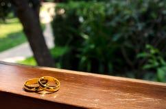 Anillos de bodas en ventana en un rayo de sol Foto de archivo libre de regalías