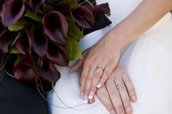 Anillos de bodas encendido Imagen de archivo
