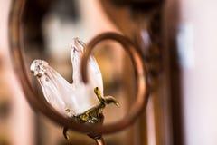 Anillos de bodas fijados en la lámpara de cristal Imagen de archivo libre de regalías