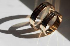 Anillos de bodas de oro Fotos de archivo