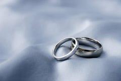 Anillos de bodas - oro blanco Imágenes de archivo libres de regalías