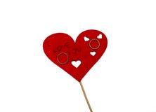 Anillos de bodas situados en el corazón rojo Fotografía de archivo libre de regalías