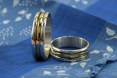 Anillos de bodas, un símbolo del amor y felicidad fotografía de archivo libre de regalías
